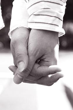 手と手をつなぐ画像